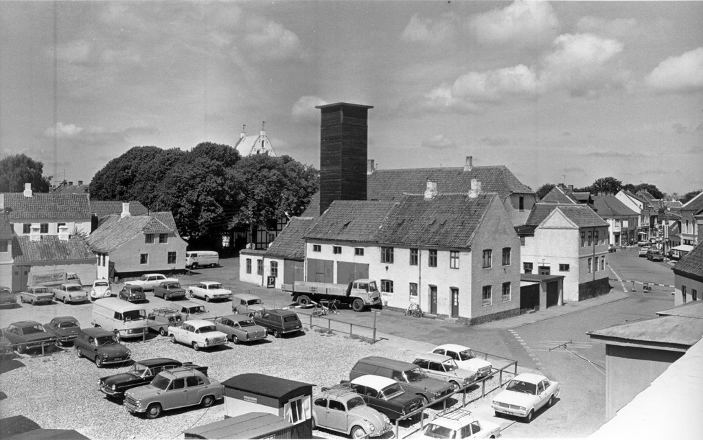 """Nygade med parkeringspladsen """"Triangelen"""", 1969"""