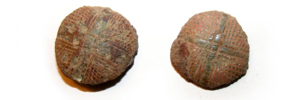 To af de efterhånden mere end tyve ornamenterede og rødemaljerede sømhoveder af bronze til pyntesømmene fra vognen. Foto VHM.