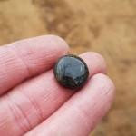 Den lille spillebrik af sort glas. Foto VHM.