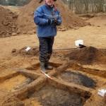 Museumsinspektør Jeppe Boel Jepsen under udgravningen af graven. Foto Louise Stahlschmidt.