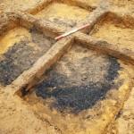 Graven lige over bund-niveauet. Her det mere tydeligt, hvor lidt af den oprindelige fyld, der er tilbage, ligesom tømningshullet, den lysebrune fyld midt graven er tydeligt. Foto VHM.
