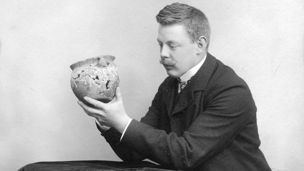 Valdemar Friis (1883-1943) med lerkarret fra Kraghede. Foto VHM.